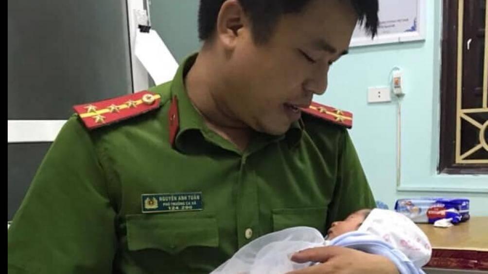 Bé trai sơ sinh khoảng 7 ngày tuổi bỏ trong làn kèm bức thư