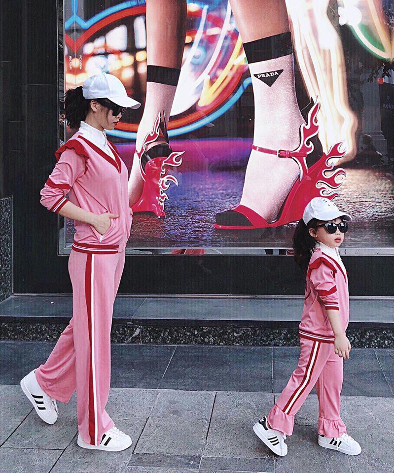 Mỗi tháng chi 10 triệu sắm áo quần, mẹ bỉm 8X cùng con gái diện đồ đôi đi muôn nơi 8
