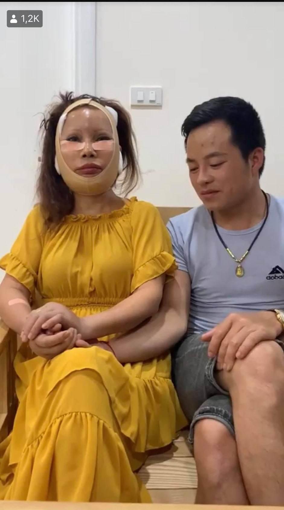 """""""Cố đấm ăn xôi"""" xứng đôi chồng trẻ, cô dâu 62 tuổi lại chi tiền khủng kéo căng da mặt 2"""