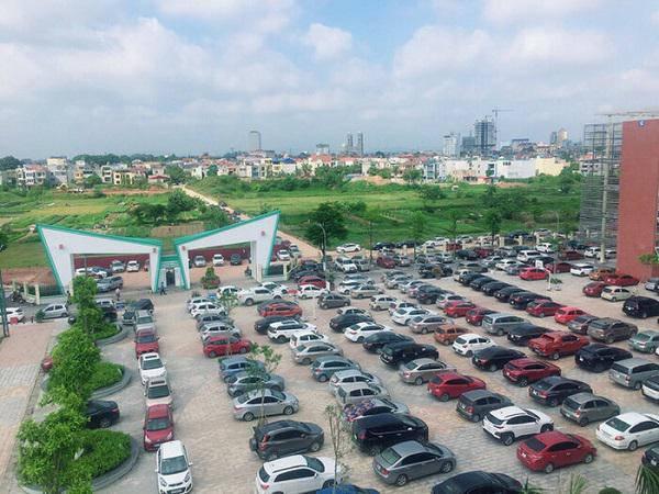 Hàng trăm chiếc ô tô đỗ kín sân trường ngày họp phụ huynh ở Thái Nguyên khiến dân mạng xôn xao 1