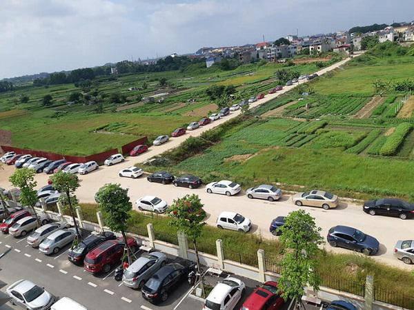 Hàng trăm chiếc ô tô đỗ kín sân trường ngày họp phụ huynh ở Thái Nguyên khiến dân mạng xôn xao 2