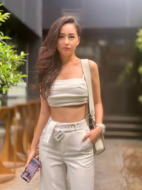 mai phuong thuy da lam the nao de tu mum mim gio day so huu vong eo 56 cm? - 6