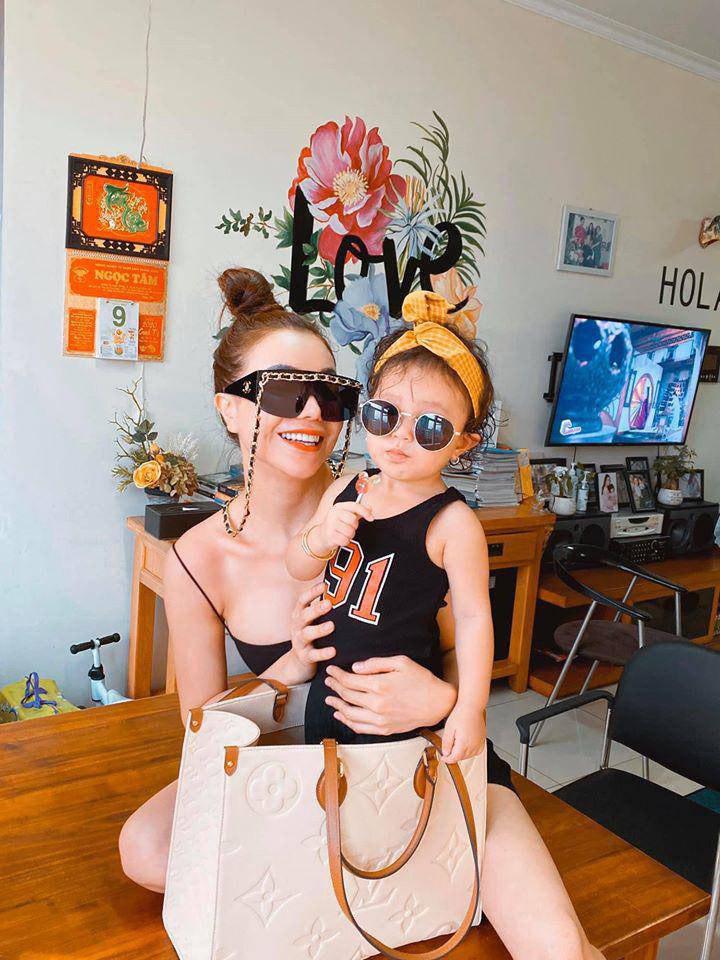 SAO SẮM GÌ: Chiếc túi này có gì mà cả Hoa hậu, diễn viên, người mẫu đều đụng hàng - 12