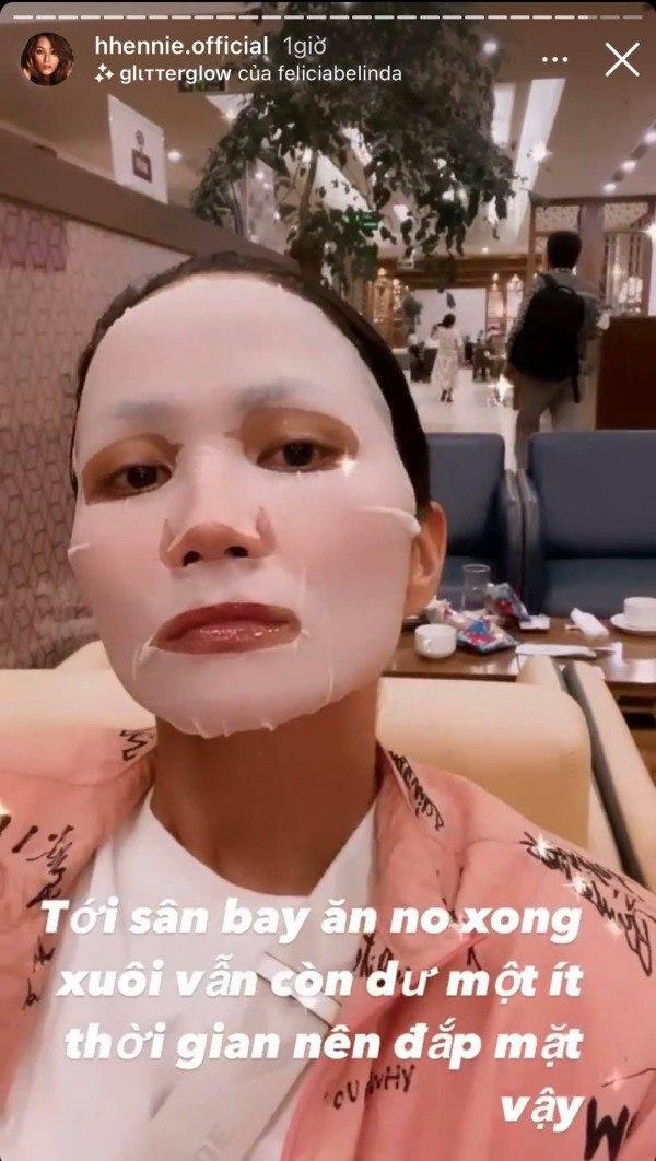 Người ta đắp mặt nạ khi lên máy bay, còn H'Hen đắp luôn nơi công cộng - 1