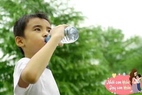 Cho con uống sữa, hầm xương bổ sung canxi, bác sĩ: Chỉ cần uống nước đúng cách cũng đủ - 6