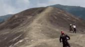 Xôn xao clip người đàn ông phi xe máy lên tảng đá voi khổng lồ