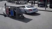 Người phụ nữ bị xe ba bánh kéo lê 30 mét trên mặt đường