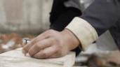 Người đàn ông nổi tiếng mạng xã hội vì khả năng dùng tay thay búa để đóng đinh vào gỗ