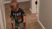 Đoạn video cậu bé tập đi khiến biết bao người rơi nước mắt