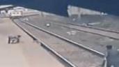 Nghẹt thở cảnh bé trai ngã xuống đường ray được cứu ngay trước mũi tàu