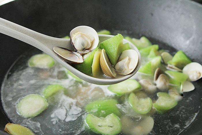 Canh mướp nấu ngao chỉ cần đơn giản thế này cũng đủ ngọt ngon, không sợ hè nóng - 7