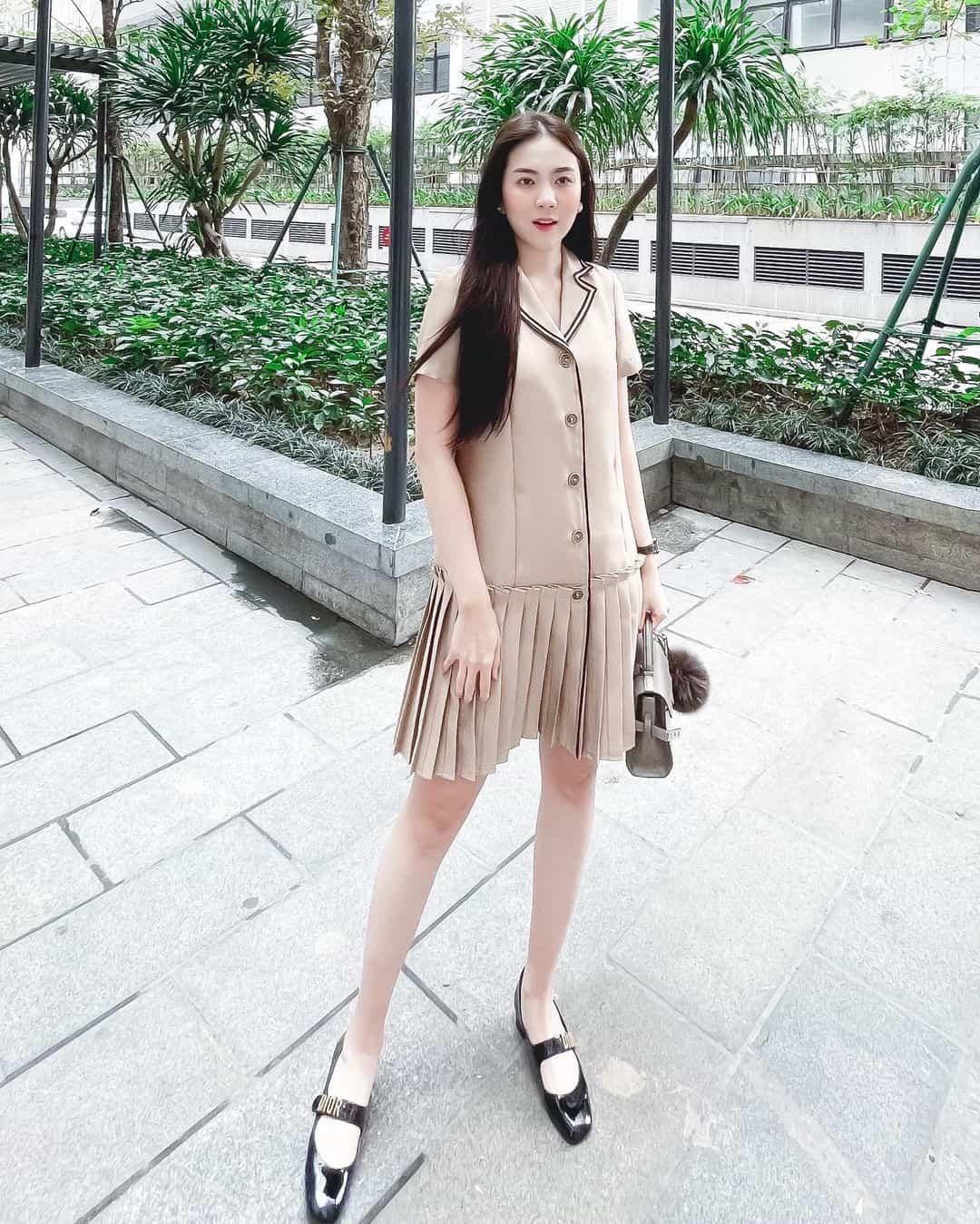 Đều U35, mỹ nhân Việt vẫn xúng xính váy áo nữ sinh: Elly Trần gợi cảm, Midu trẻ đáng gờm - 10