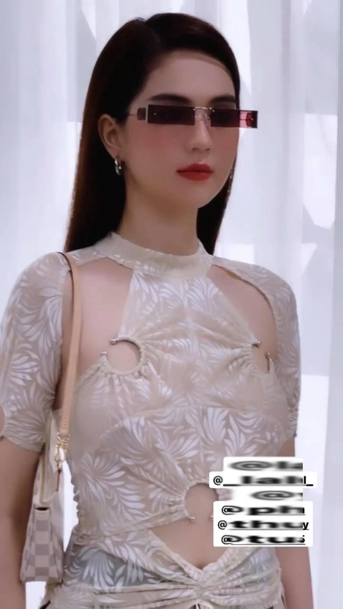 Ngọc Trinh đụng áo với amp;#34;Hoa hậu gợi cảm nhất Vbizamp;#34;, cao tay hơn ở khoản phụ kiện lạ mắt - 1