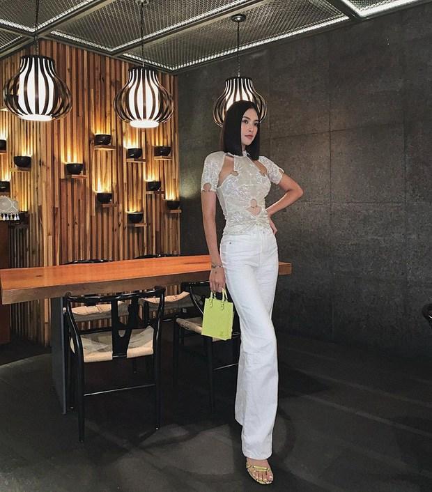 Ngọc Trinh đụng áo với amp;#34;Hoa hậu gợi cảm nhất Vbizamp;#34;, cao tay hơn ở khoản phụ kiện lạ mắt - 4