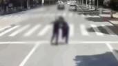 Cãi nhau, nam thanh niên thẳng tay đẩy bạn gái vào đầu xe buýt