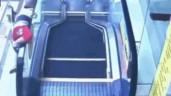 Mải ngồi ghế mát xa, bố mẹ để con ngã khỏi thang cuốn