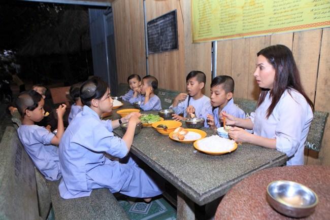 Nuôi 23 đứa trẻ, Phi Nhung đi làm đến nửa đêm mới về vẫn được các con thức đợi cửa - 10