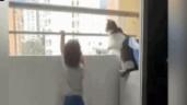 Mèo nhà tìm mọi cách cản em bé trèo lan can