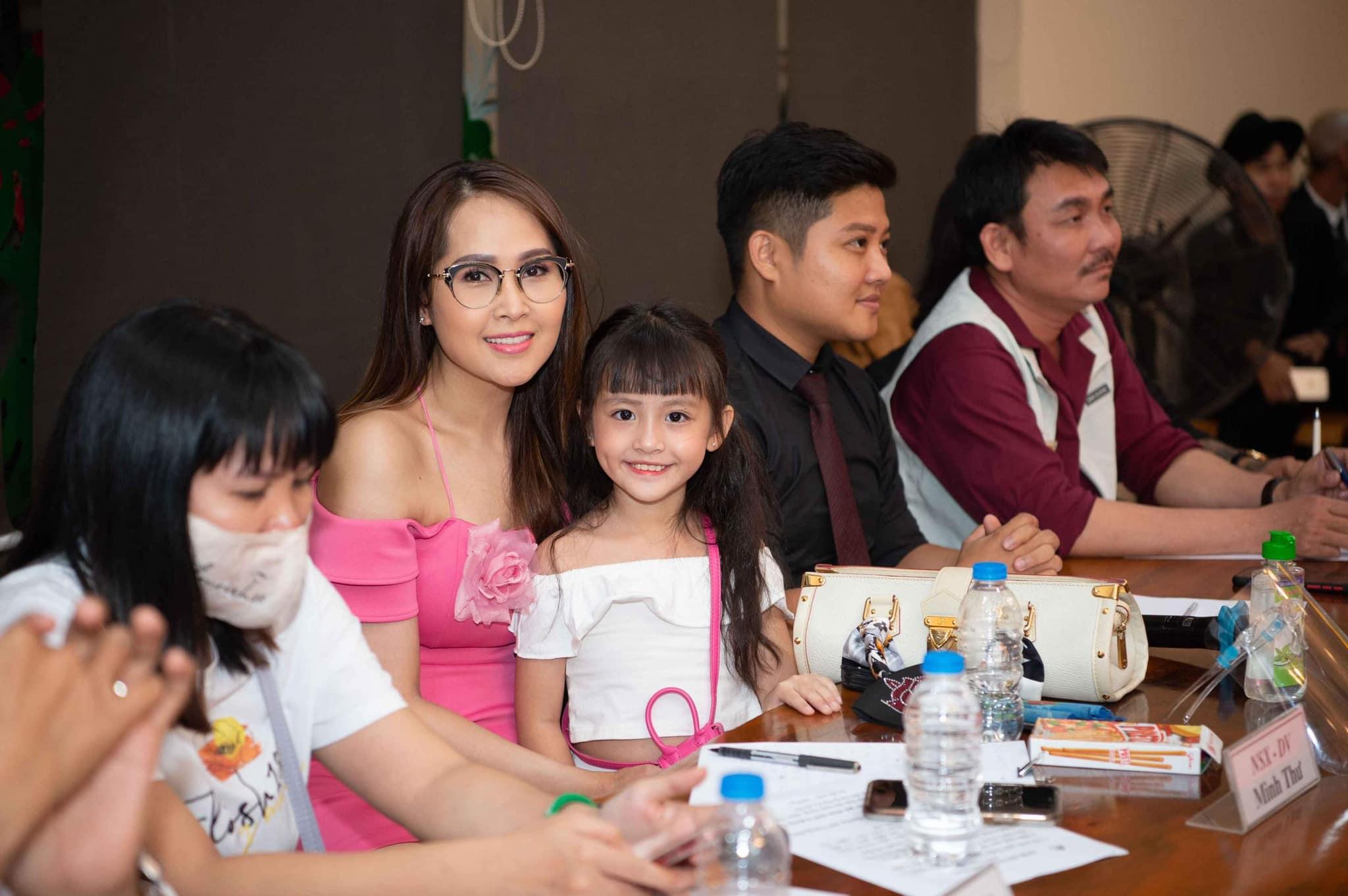 Con gái mẹ đơn thân bán ốc ở Nha Trang thành Miss Gương mặt đẹp, được sao Việt ngỏ lời - 4