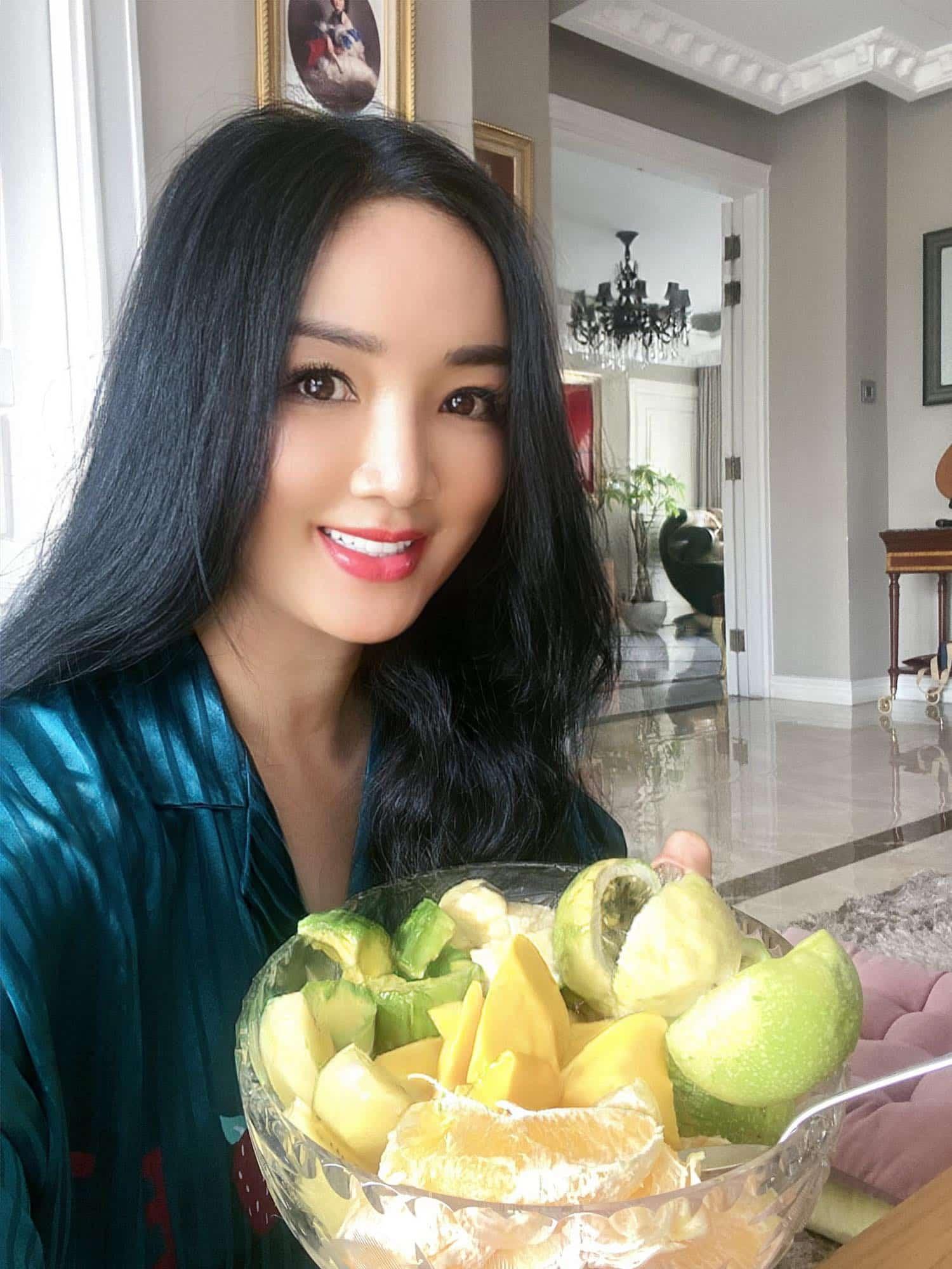 Hoa hậu Giáng My ăn cả tô trái cây toàn loại bình dân, da dáng mơn mởn đâu khó tìm! - 5