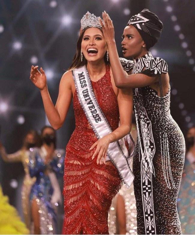 Miss Universe 2020 khoe ảnh selfie cùng mẹ, mẹ đẹp tới nỗi cô nàng bị chê già đanh - 4