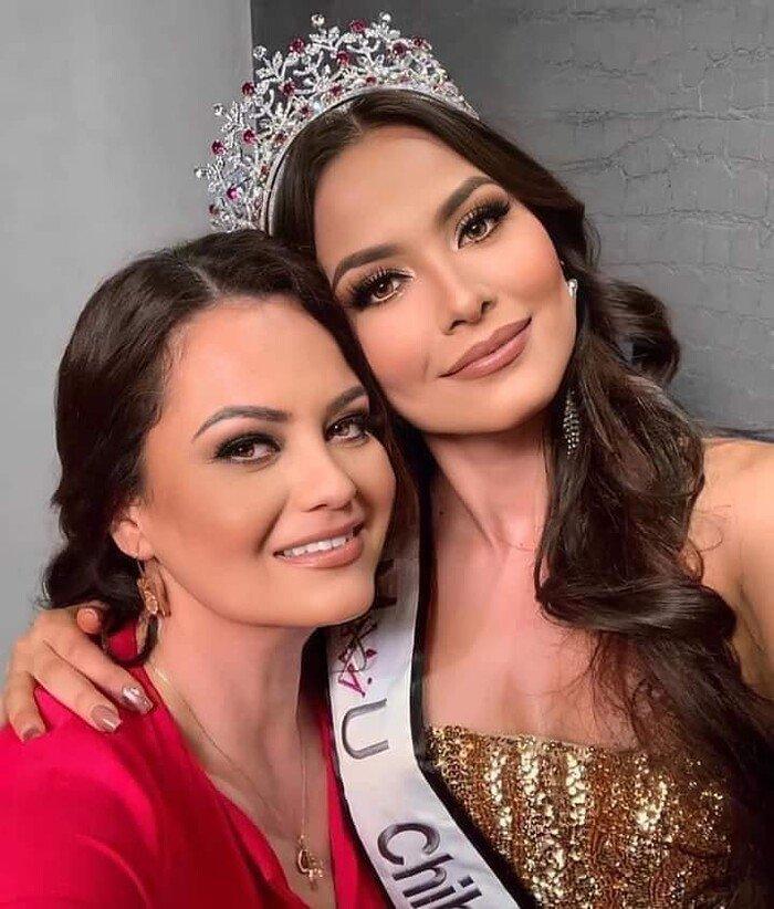 Miss Universe 2020 khoe ảnh selfie cùng mẹ, mẹ đẹp tới nỗi cô nàng bị chê già đanh - 1