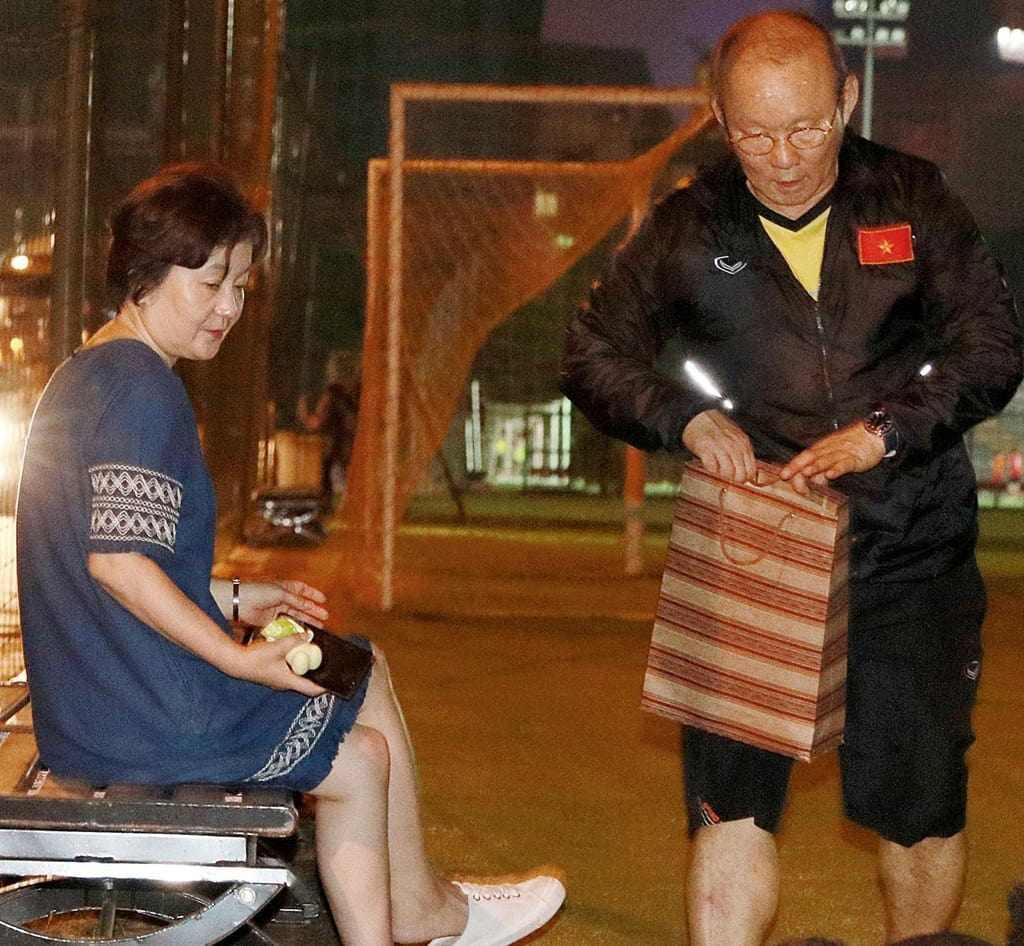 Dung nhan bà xã HLV Park Hang Seo trong ảnh cưới ngày trẻ kiêu sa, có tuổi càng kiều diễm - 9