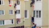 """Ba đứa trẻ kẹt trong ngôi nhà cháy, hàng xóm dựng """"thang người"""" giải cứu ngoạn mục qua cửa sổ"""