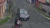 Tránh ô tô, cậu bé bị kẹt đầu khi lao thẳng vào hàng rào nhà dân