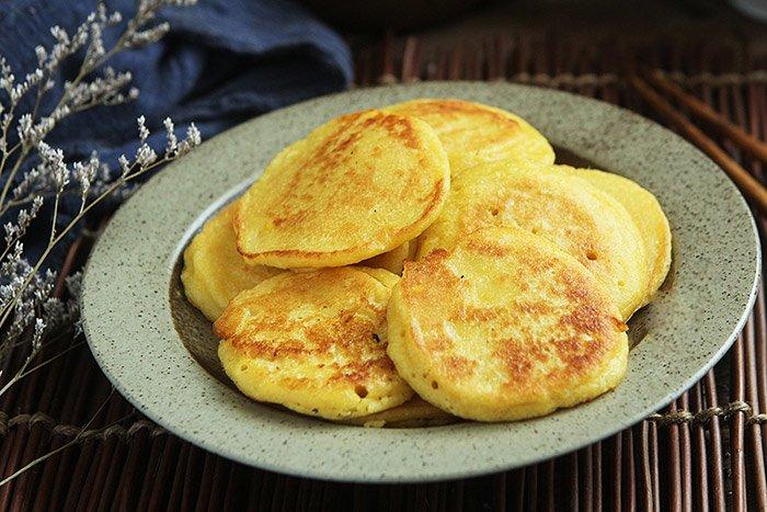 Thừa 2 bắp ngô không biết làm gì, vợ nhanh tay chế thành món ăn sáng cả nhà mê mẩn - 7