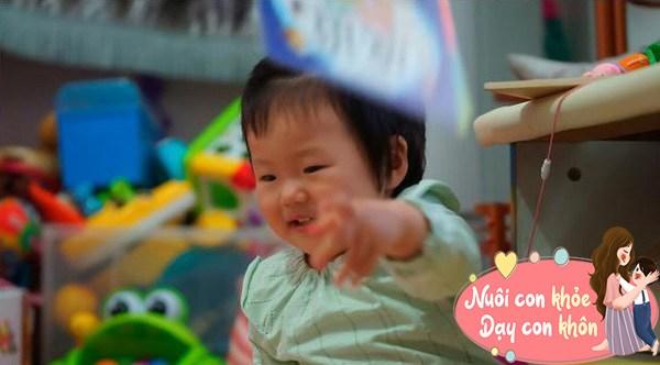 """Trẻ sơ sinh thích ném đồ không hẳn tính xấu, biểu hiện bé """"âm thầm"""" thông minh dần lên - 4"""