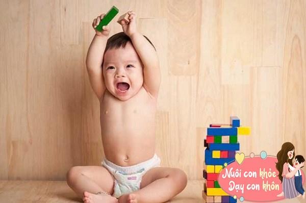 """Trẻ sơ sinh thích ném đồ không hẳn tính xấu, biểu hiện bé """"âm thầm"""" thông minh dần lên - 12"""