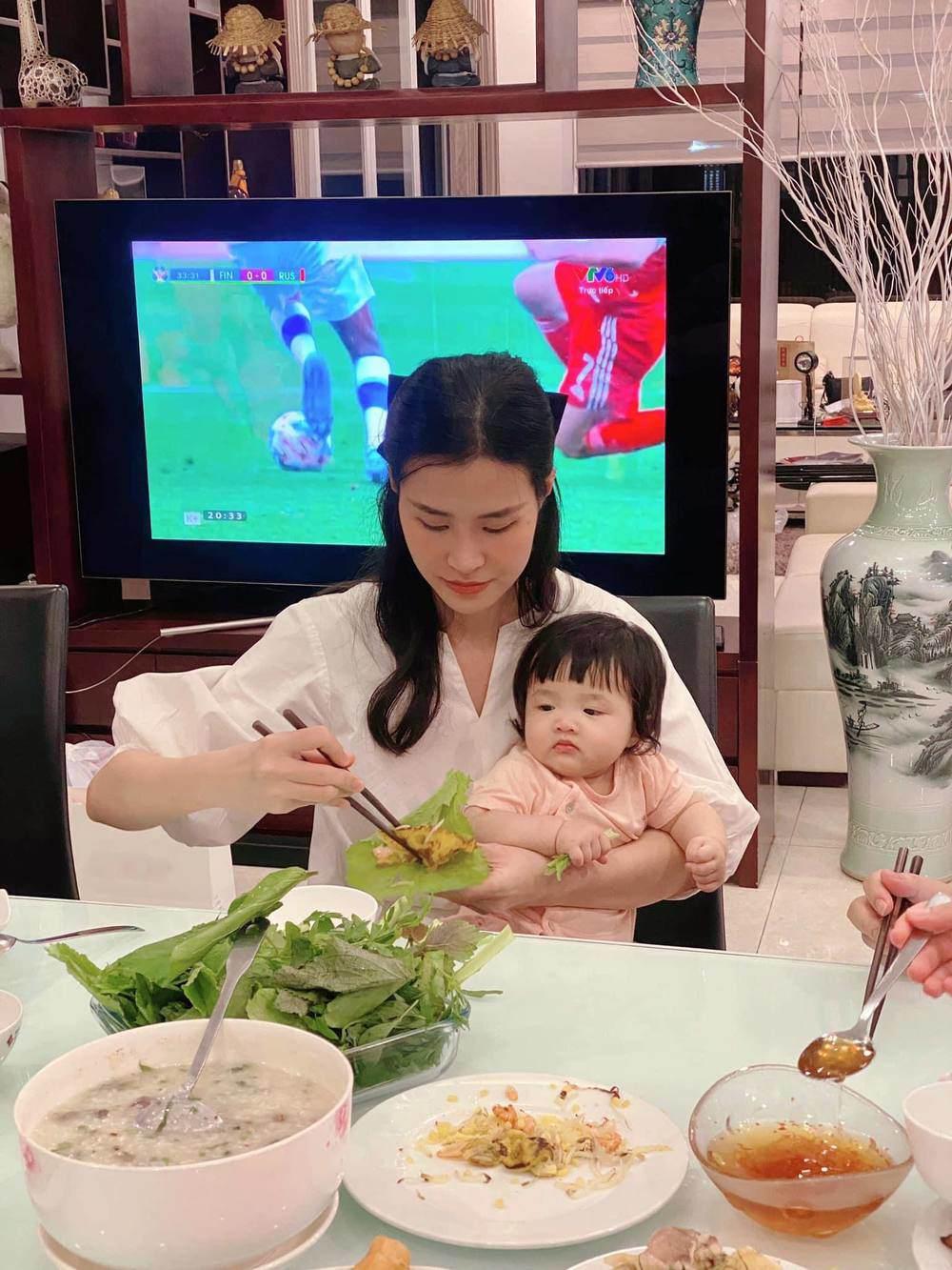 Sinh xong ở nhà chăm con, Đông Nhi vẫn cố gắng gợi cảm vì thấy Ông Cao Thắng đẹp trai - 9