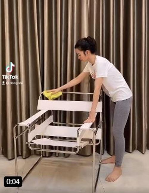 Sinh xong ở nhà chăm con, Đông Nhi vẫn cố gắng gợi cảm vì thấy Ông Cao Thắng đẹp trai - 1