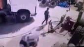 Lốp ô tô phát nổ kinh hoàng, thổi bay người đàn ông lên không
