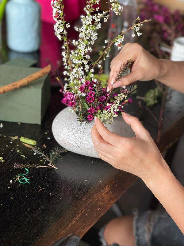 Nhà Celeb: Diva Hồng Nhung thảnh thơi cắm hoa, tới hoa hậu cũng khen không ngớt - 10