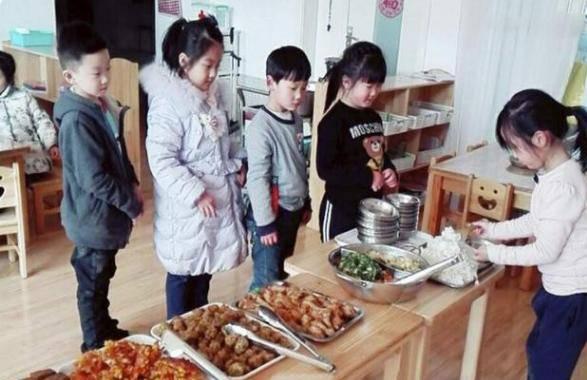 Con mẫu giáo chê cơm mẹ,khen đồ ăn ở trường rất ngon, mẹ xem ảnh thì tức giận - 1