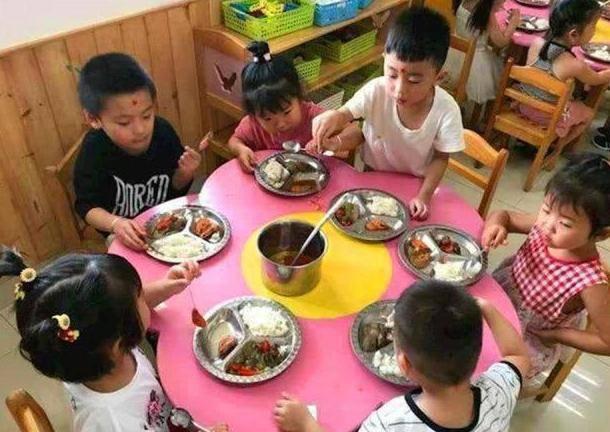 Con mẫu giáo chê cơm mẹ,khen đồ ăn ở trường rất ngon, mẹ xem ảnh thì tức giận - 4