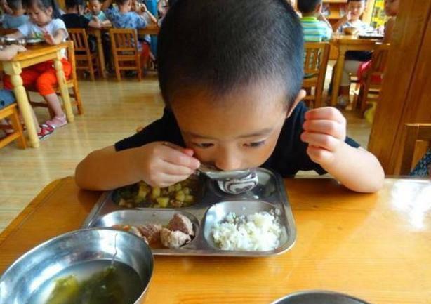 Con mẫu giáo chê cơm mẹ,khen đồ ăn ở trường rất ngon, mẹ xem ảnh thì tức giận - 5