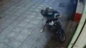 Nữ nhân viên tung cước, hạ tên trộm xe máy như phim hành động