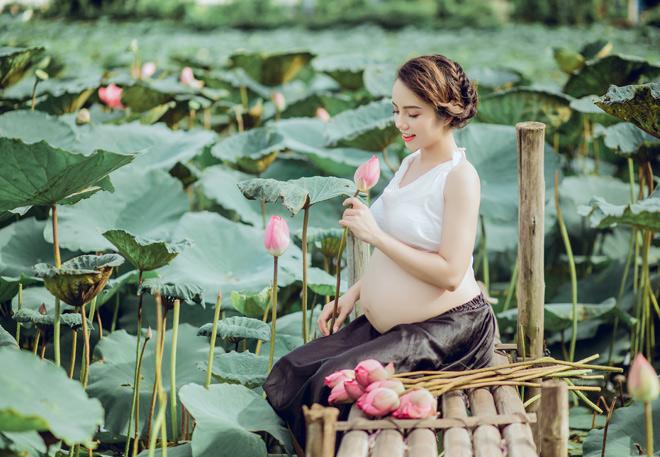 Mẹ trẻ bụng bầu chụp ảnh với hoa sen xinh lung linh dân mạng xôn xao