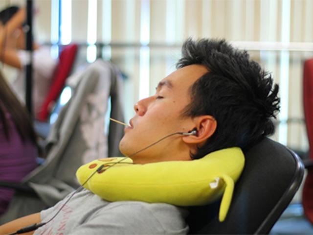 Thiếu niên bị thủng ruột non vì thói quen ngậm tăm sau khi ăn