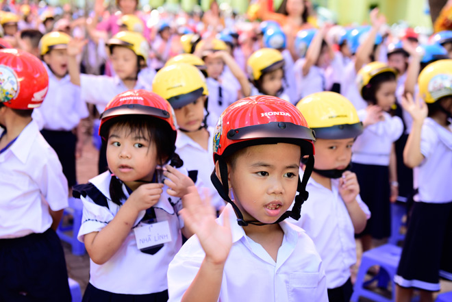 le phat dong trao tang mu bao hiem cho hoc sinh lop 1 nam hoc 2018 - 2019 - 1