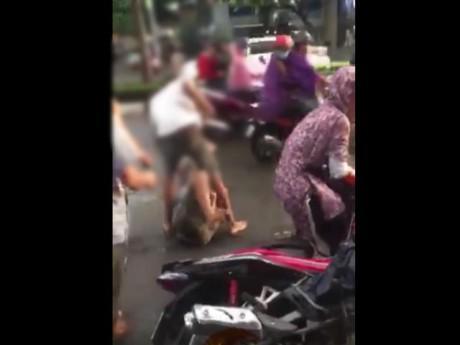 Đánh vợ giữa đường, thanh niên bị người dân xung quanh