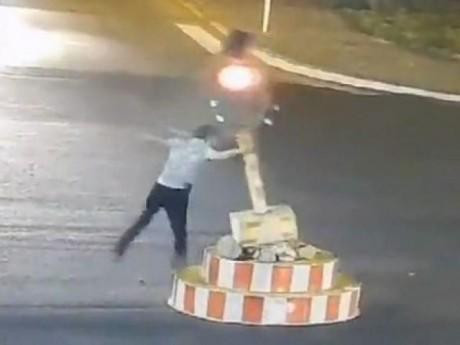 Thanh niên phá cột đèn giao thông vì không muốn đợi đèn đỏ