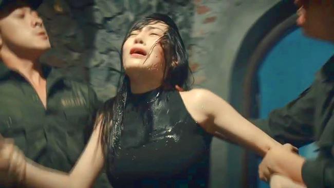 """doi khong nhu phim: hoa hau ban dam an """"gach da"""", dan """"gai nganh"""" quynh bup be duoc cam thong - 3"""