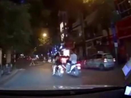Mặc sexy đi trên đường, 2 cô gái xinh đẹp bất ngờ bị thanh niên SH đạp vào xe