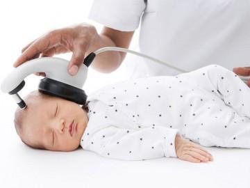 Vì sao bố mẹ nên khám sàng lọc khiếm thính cho bé sơ sinh khi vừa chào đời?