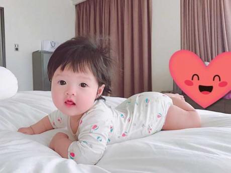 HOT: Hoa hậu Đặng Thu Thảo lần đầu khoe cận mặt con gái má phúng phính, da trắng ngần