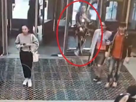 Cô gái trẻ đâm vỡ cửa kính ga tàu điện vì mải dùng điện thoại
